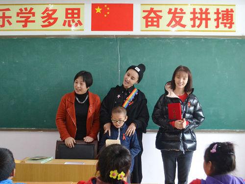 张歆艺袁弘做公益情暖艾滋患儿 奉献爱心与孩子互动