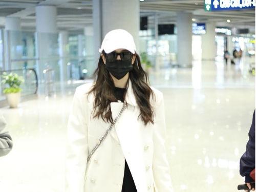 迪丽热巴口罩帽子遮面包裹超严实 见镜头挥手致意