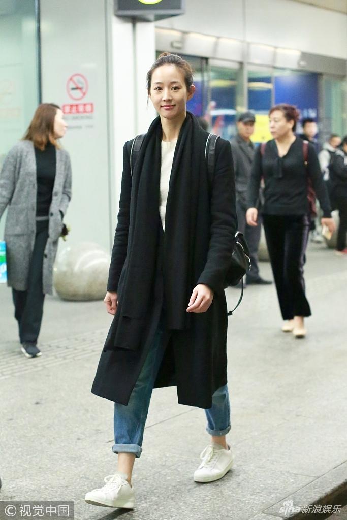 张钧甯素颜清纯上镜女神范依旧 穿黑色大衣帅气简约