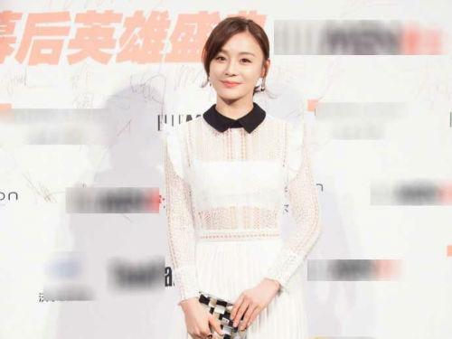 袁姗姗穿白色高开衩镂空长裙仙气十足 一抹甜笑十分迷人