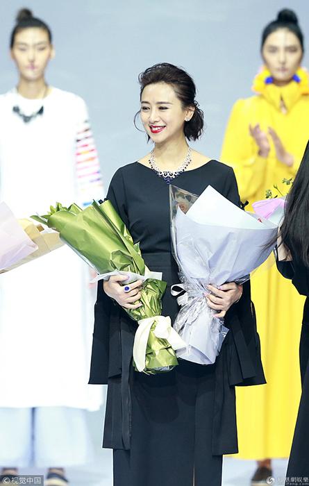2018春夏中国国际时装周 49岁翁虹穿喇叭袖长裙走秀