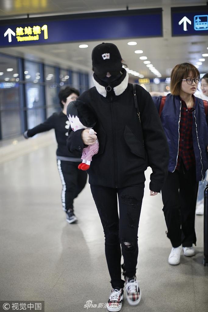迪丽热巴口罩帽子墨镜全副武装仍被认出 获粉丝送公仔