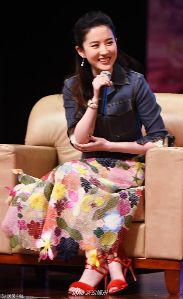 刘亦菲长发飘飘花裙俏丽时尚 台上大笑不止小表情超萌