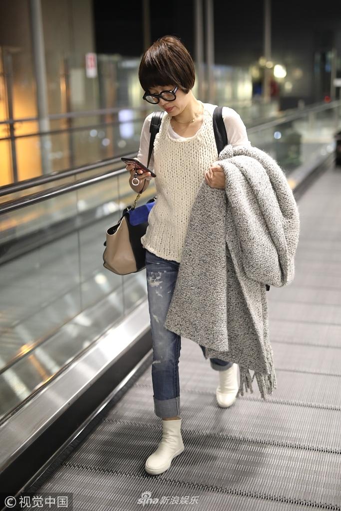马伊�P现身机场居家打扮不失时髦 低头玩手机变网瘾少女