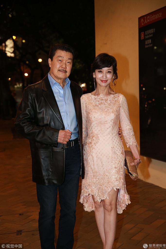 赵雅芝穿粉色礼服优雅现身 获老公搂腰看起来十分恩爱