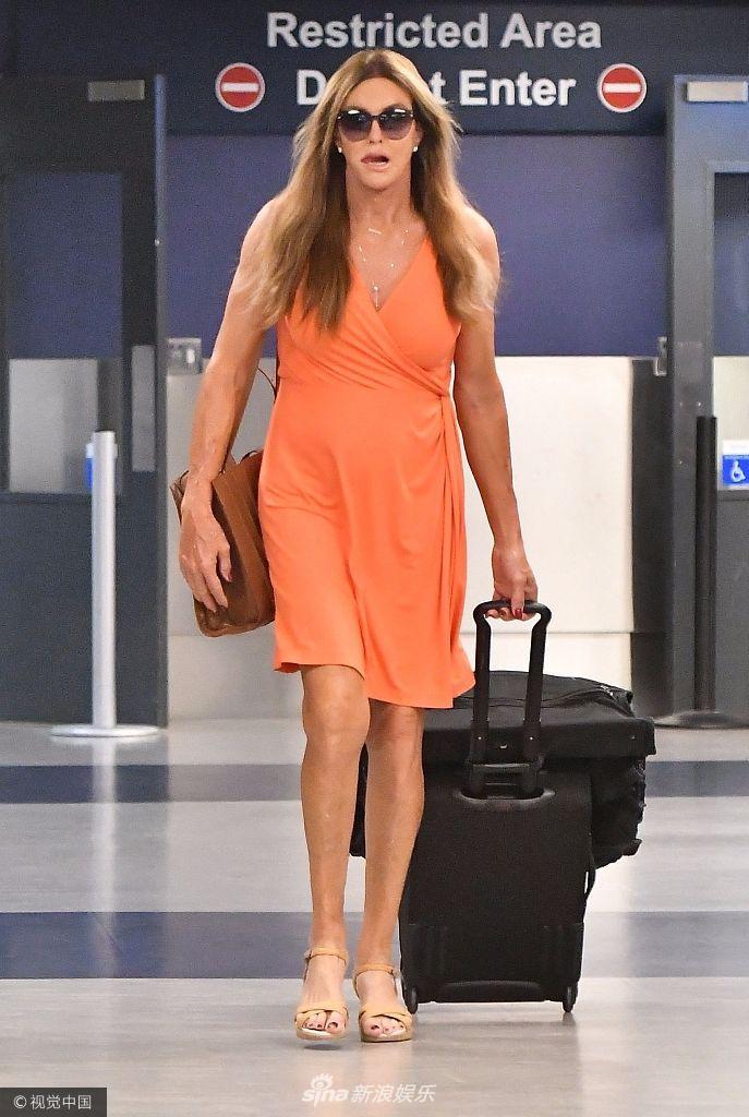 卡戴珊变性继父凯特琳度假归来 戴着墨镜似摩登女郎