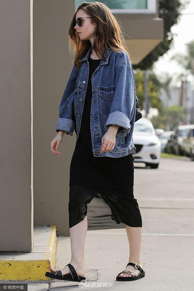 莉莉・柯林斯现身街头穿凉鞋露脚部纹身 休闲装出街撩发显妩媚
