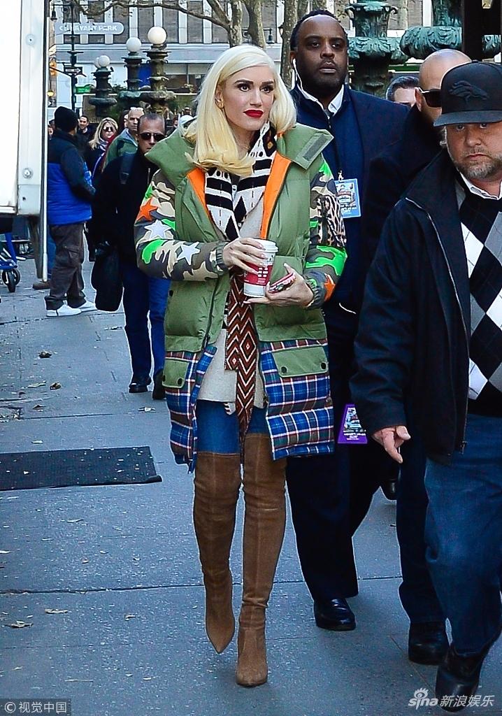 史蒂芬妮踩长靴秀美腿玩转色彩穿搭 端咖啡似捂手取暖