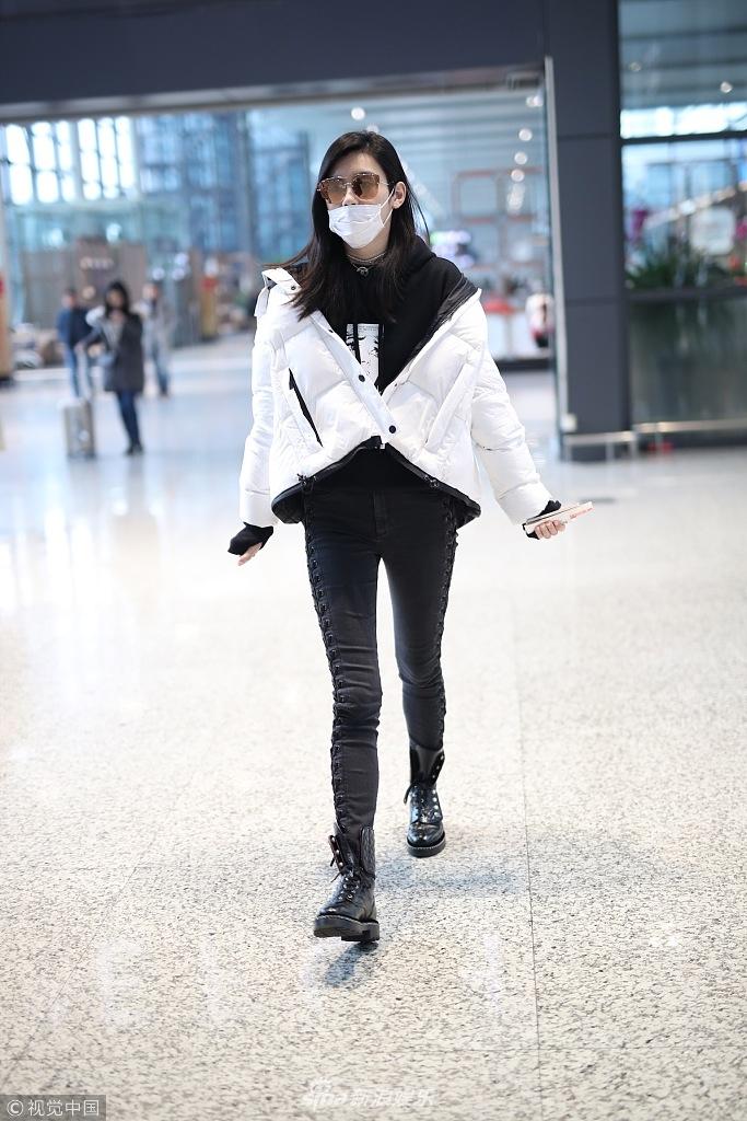 奚梦瑶滑肩穿衣超模风采在线 摔倒后罕见口罩遮面玩低调