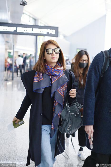 Ella素颜现身机场戴着花围巾 一路紧跟老公小鸟依人
