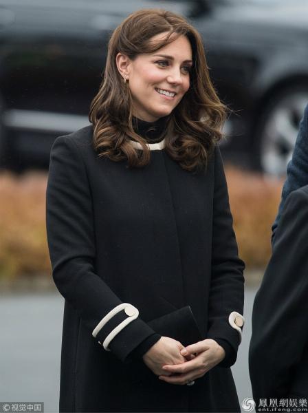 威廉王子夫妇合体亮相 凯特王妃黑色大衣遮盖孕肚气质高贵