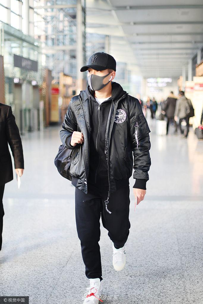 42岁刘恺威现身机场全黑look潮范十足 少年力不输小鲜肉