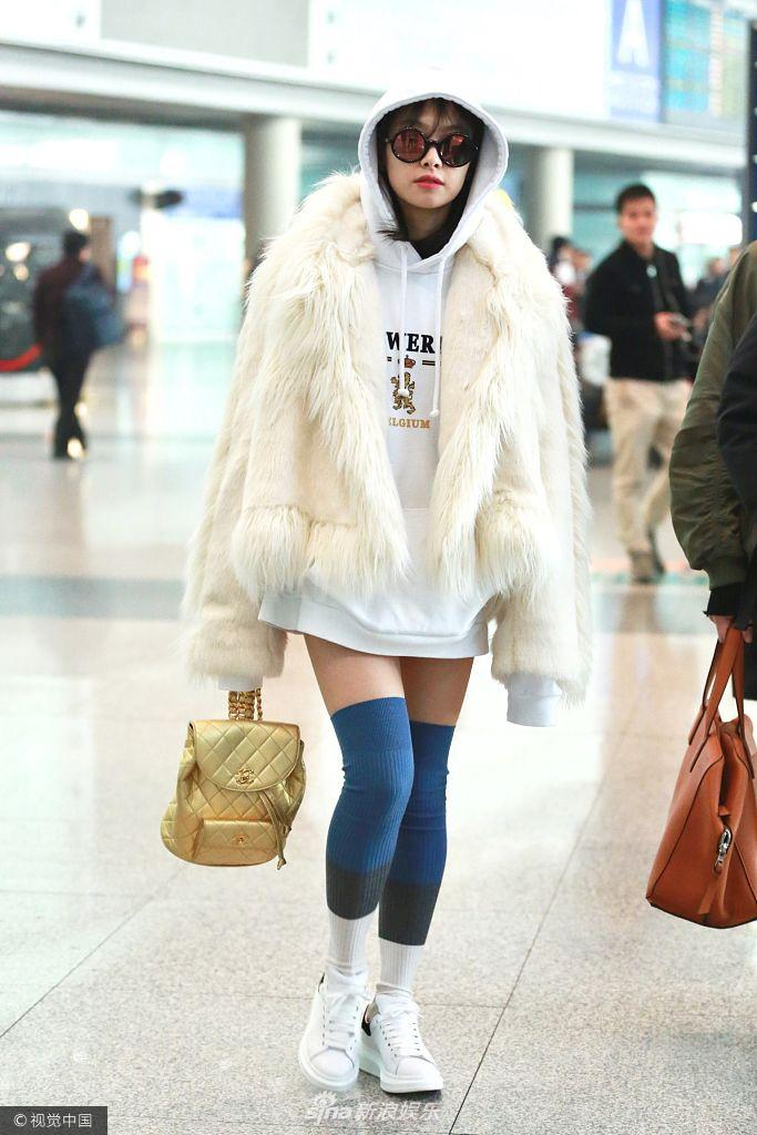 宋茜上半身冬天下半身夏天机场秀美腿 黑超遮面气色好