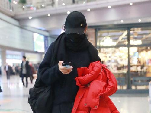 袁姗姗现身机场手拿外套一路当