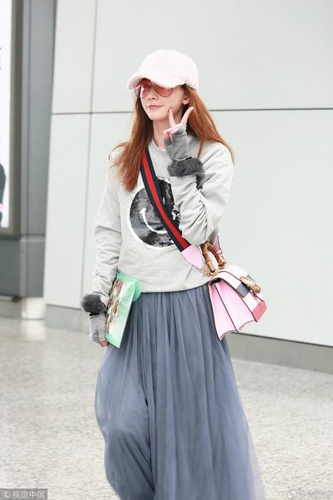 42岁林志玲深色纱裙走路带风 对镜头比V卖萌亲和力MAX