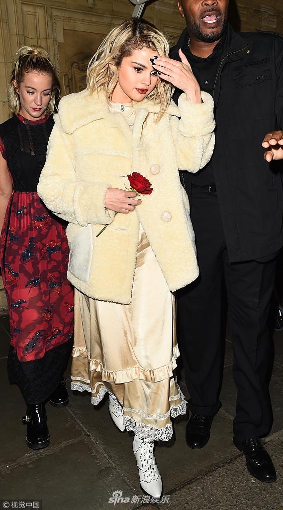 赛琳娜金发金裙手拿玫瑰人比花娇 艳光四射美出新高度