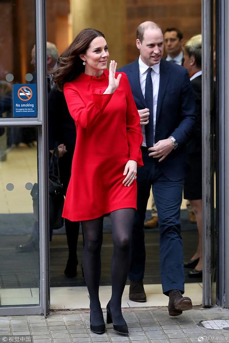 凯特王妃穿红衣踩高跟优雅干练 手捂小腹爱子心切