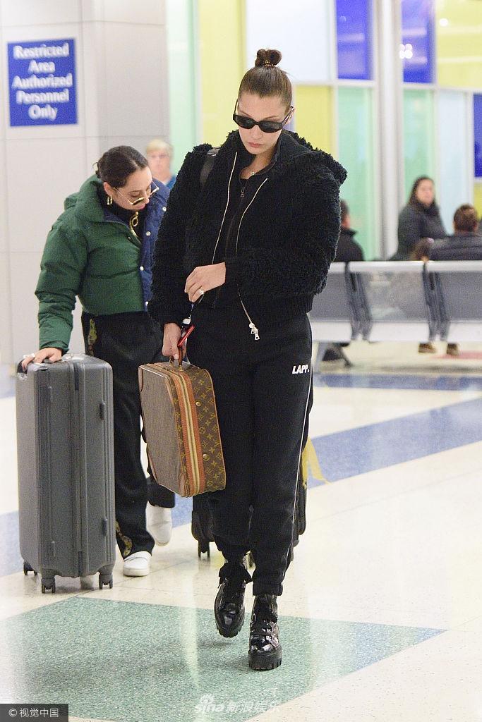 贝拉・哈迪德酷帅黑衣好似国际女特工 墨镜遮面拎大箱包气场十足