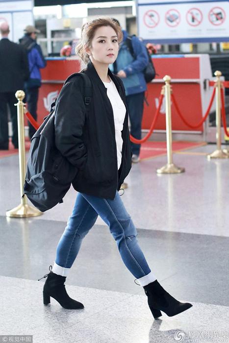 何洁现身北京机场双手插兜疾走 面无表情大步流星