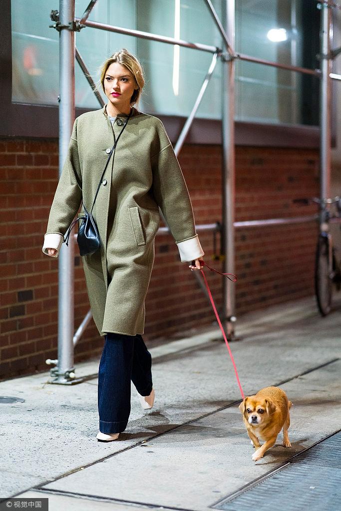 维密天使玛莎・亨特外出遛狗 绿色呢子大衣美成一道风景