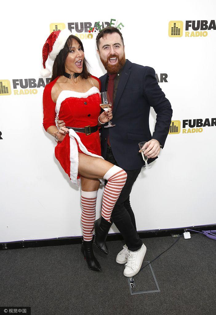 丽兹・坎迪圣诞装与众男星玩暧昧 斑马长袜秀美腿
