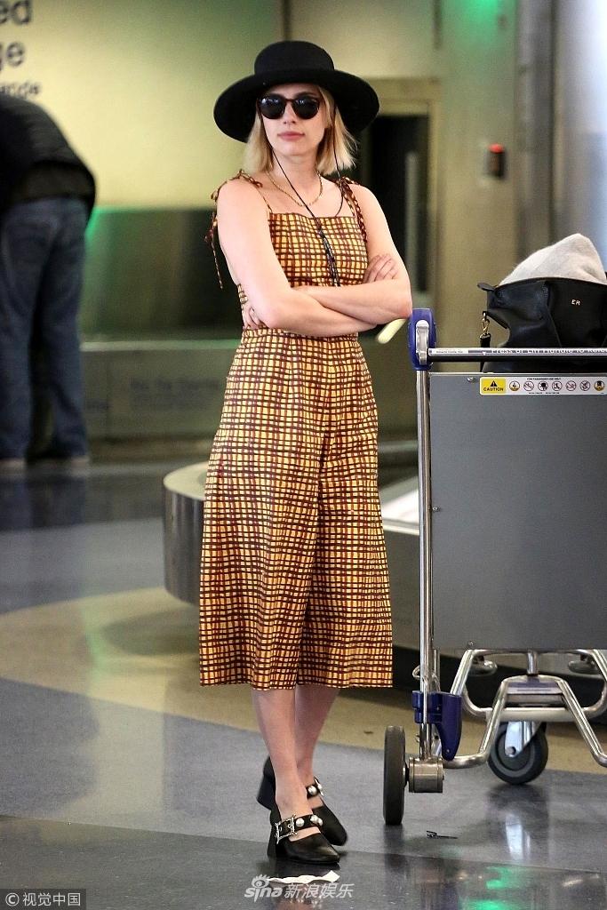 艾玛罗伯茨连体裤也穿出大长腿 戴着礼帽墨镜凹造型