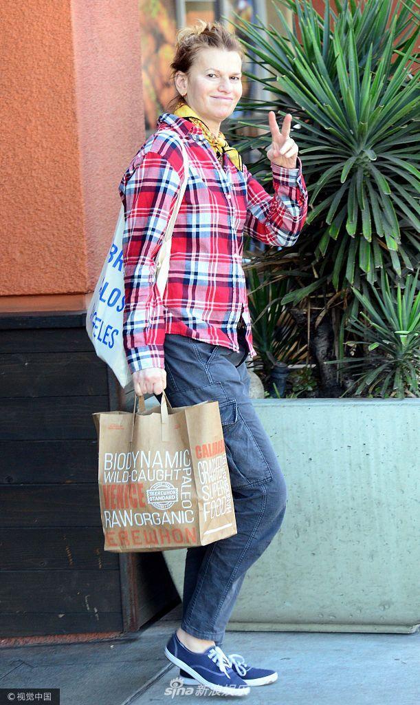 桑德拉・伯恩哈德穿格子衫对镜比V卖萌 拎环保袋似要称水果