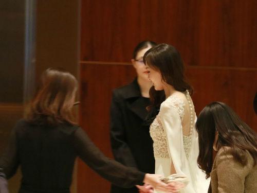 唐嫣现身上海某酒店 一袭白色薄纱礼服仙气飘飘