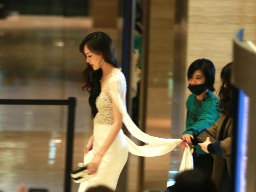 唐嫣一袭白色薄纱礼服仙气飘飘 小腹略显凸起