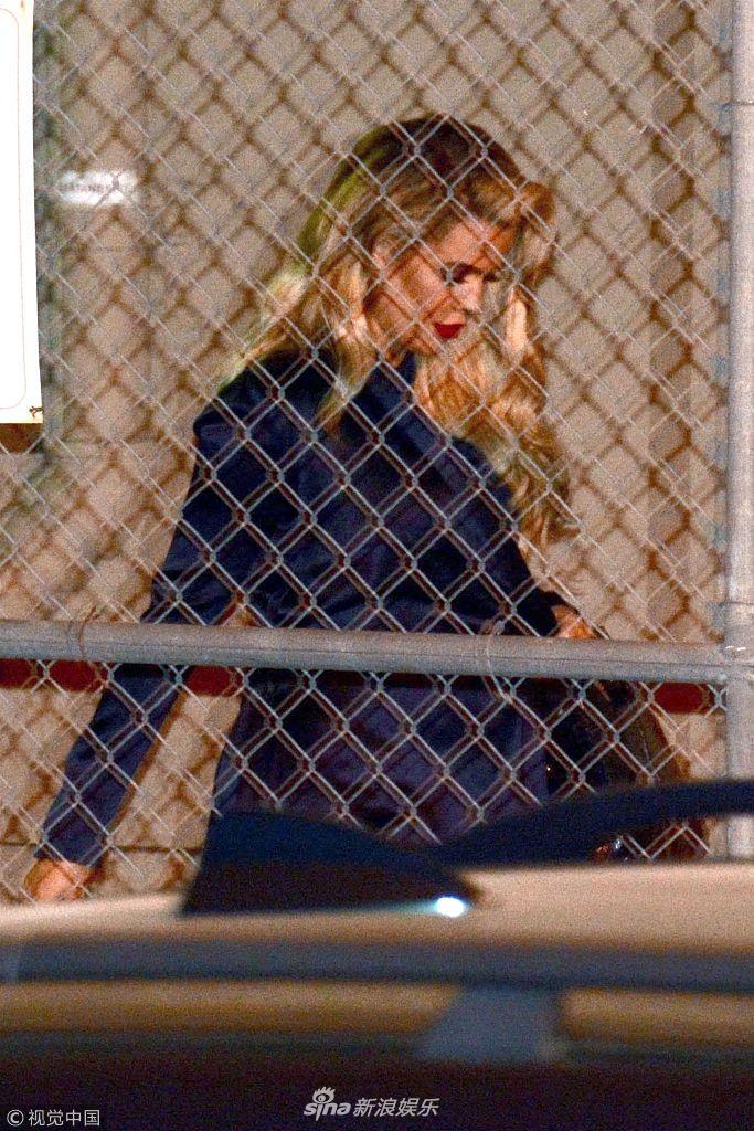 科勒・卡戴珊现身某节目挺孕肚变身金发女郎 隔铁丝网被偷拍
