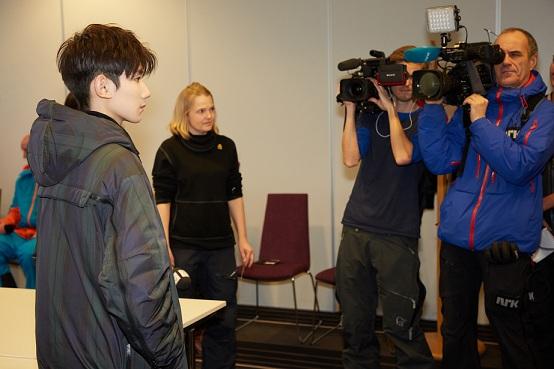 王源接受挪威多家媒体采访 与奥运冠军滑雪