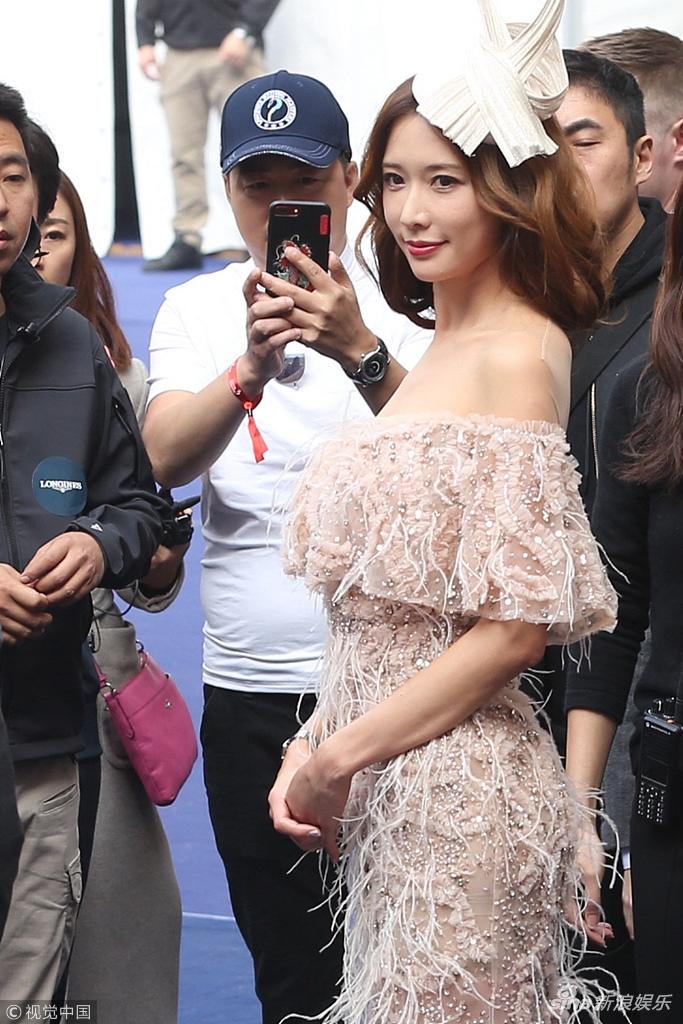 林志玲羽毛裙装露香肩美背 被路人围中间端庄微笑女神范儿十足