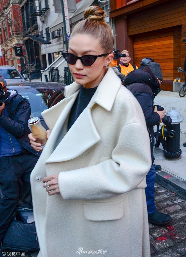 吉吉浅色大衣秀逆天长腿 拿咖啡墨镜遮面变都市时髦女郎