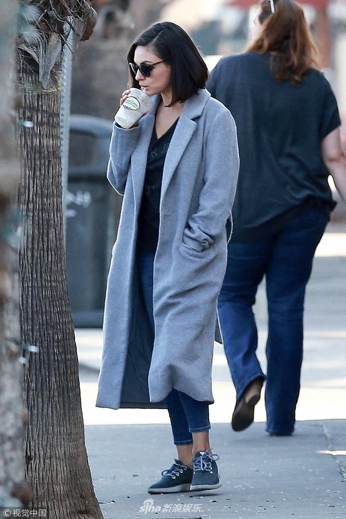 米拉走路带风引领休闲时尚 黑超遮面手拿饮料杯喝不停