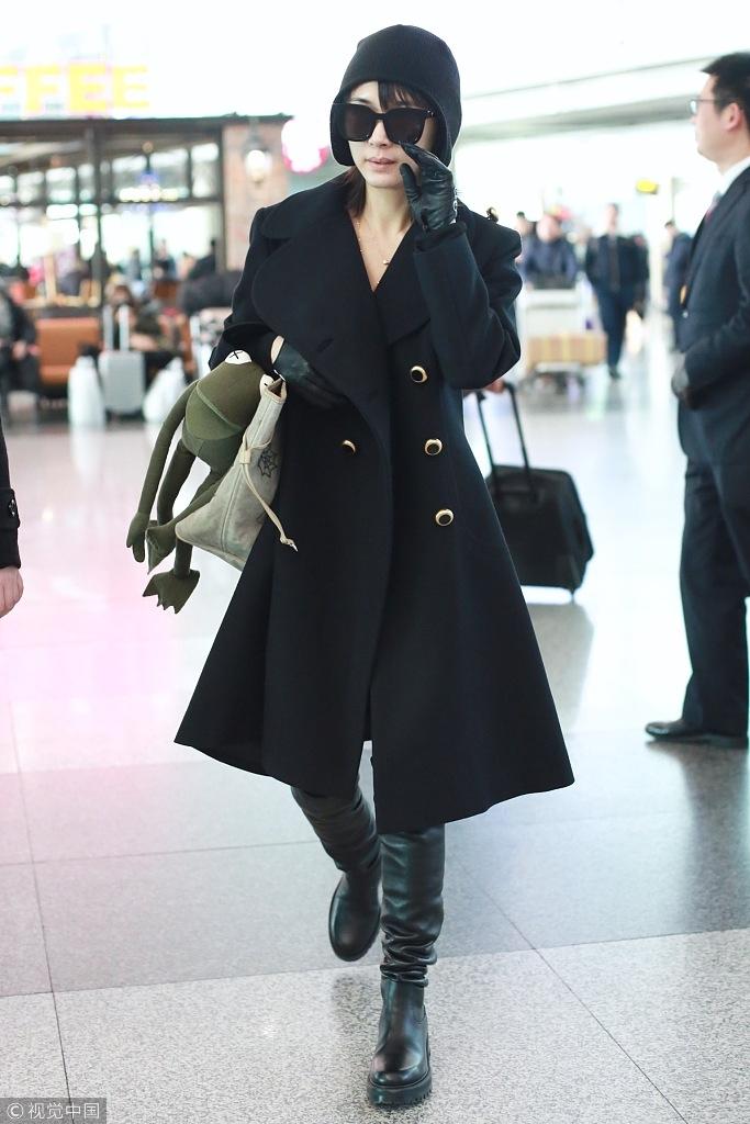 王子文现身机场全黑look酷中带美 架黑超穿长靴秒变1米8
