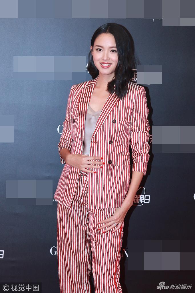 张梓琳穿条纹西装帅气有范 捧巨型口红狂凹造型毫无架子