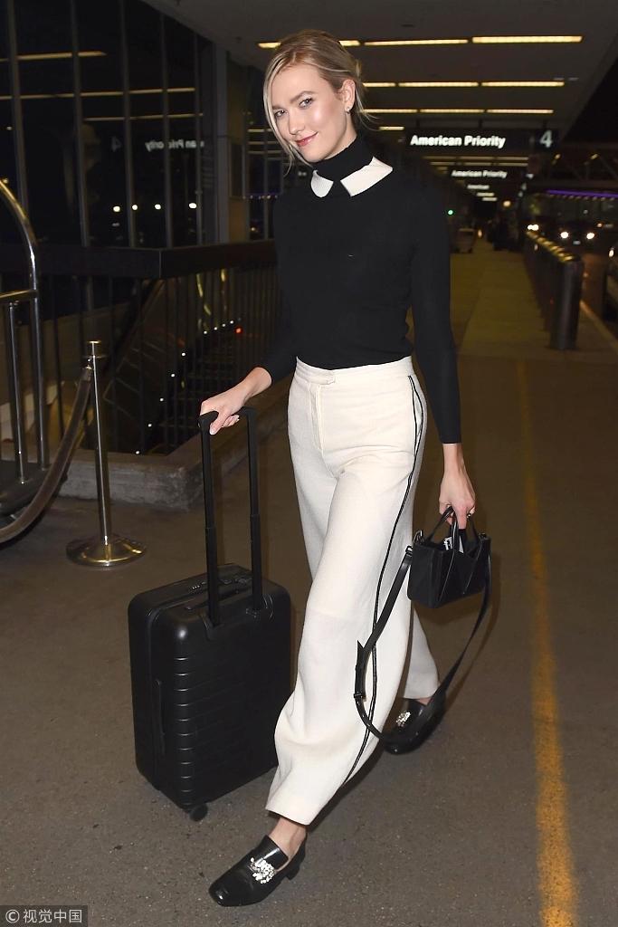 卡莉・克劳斯黑色毛衣搭配白色阔腿裤 穿搭做减法展现高级美