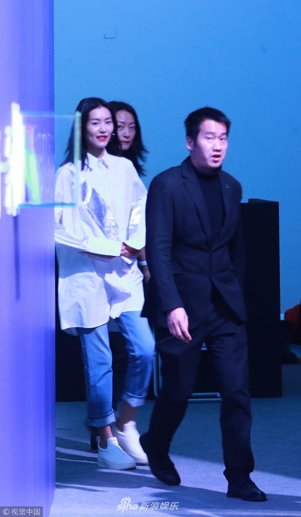 大表姐刘雯男友风私服显气场 在保镖和助理保护下离开会场