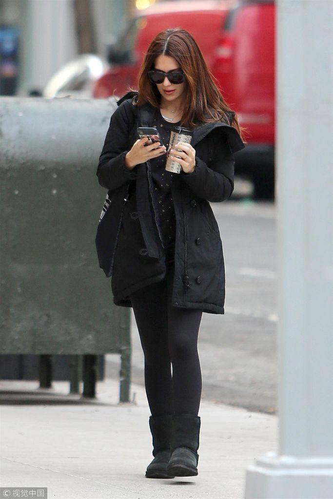 希拉里亚・鲍德温酷帅出街做瑜伽 黑衣低调边走边玩手机