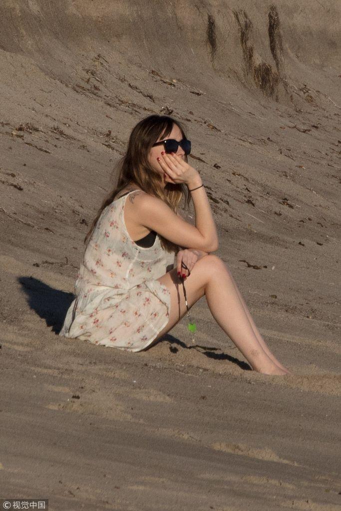 达科塔碎花纱裙撩裙摆打赤脚秀美腿 与男友海滩漫步超恩爱