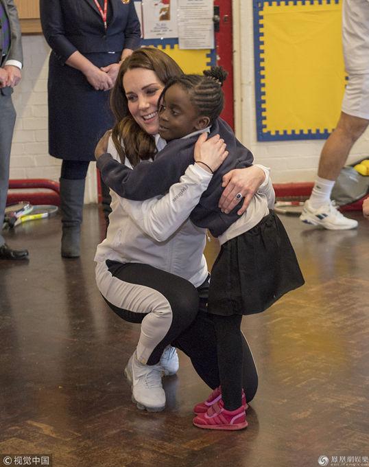 凯特王妃现身拜访某小学 与孩子们亲切交流挺孕肚垫脚蹲着聊天