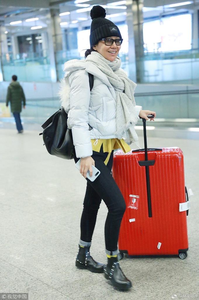 46岁闫妮素颜现身机场 戴镜框眼镜步伐轻盈似少女