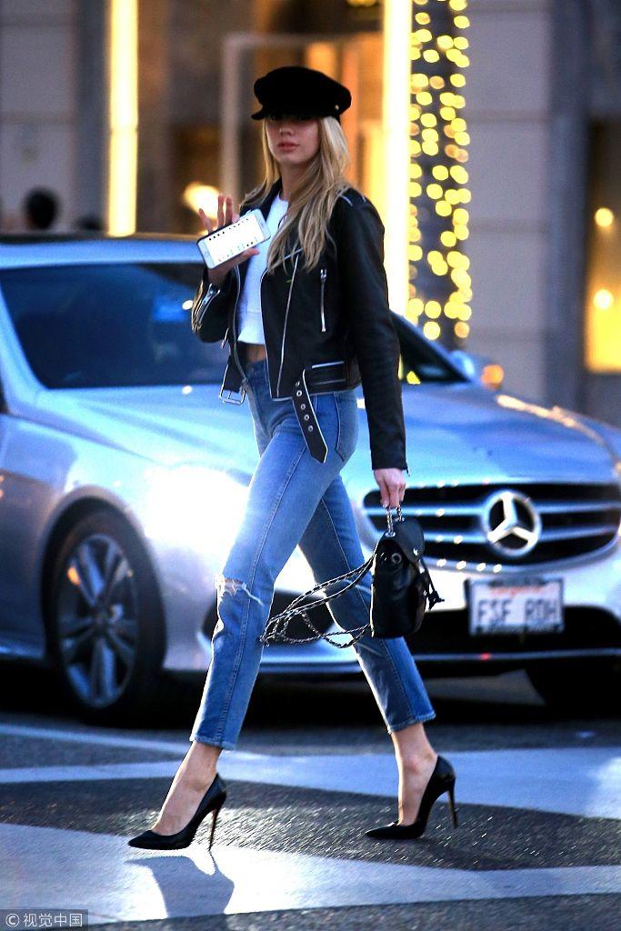 嫩模夏洛特・麦金尼街头漫步 修长美腿优雅姿态令豪车都黯然失色