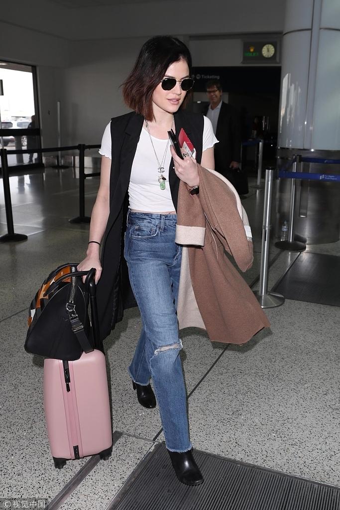 露西・海尔独自亮相机场 墨镜遮面竟然撞脸瑟琳娜・戈麦兹