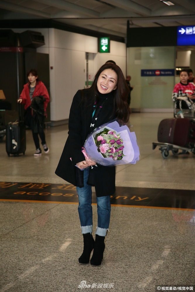 酒井法子赴香港开演唱会 机场获粉丝送花笑容满面