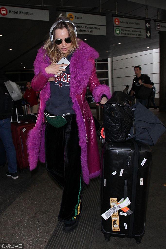 苏琪・沃特豪斯紫色大衣辣眼睛 时尚元素堆一身似行走的圣诞树