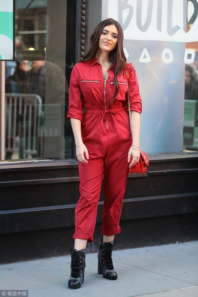 卢娜・布雷斯红色连身裤青春洋溢 踩高跟鞋凹造型