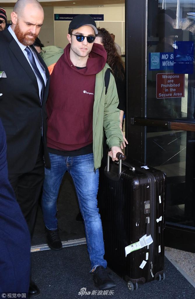 罗伯特・帕丁森墨镜遮面现身机场 红色卫衣潮味十足