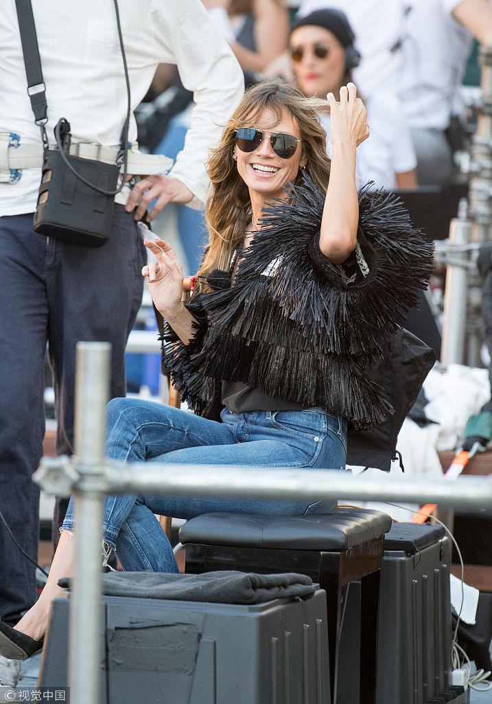 海蒂・克鲁姆指导模特拍大片气质高贵 流苏装配牛仔裤春光满面