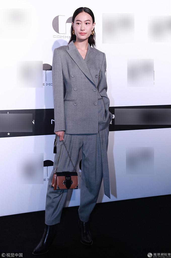 马伊�P抹胸裙性感 秦舒培产后复出一袭灰色西装帅气有型